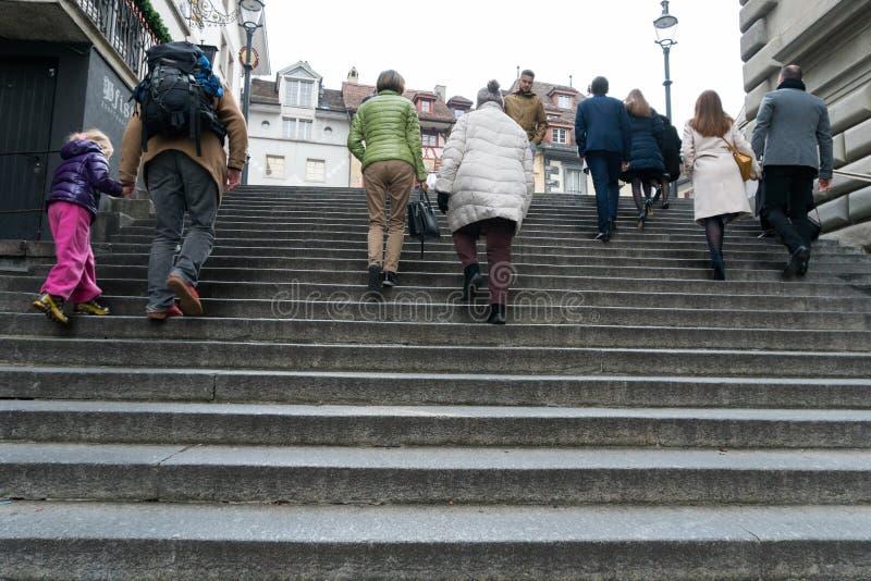 Alfalfa, LU/Suiza - 9 de noviembre de 2018: mucha gente de diversa edad y del género que acometen arriba y abajo de las escaleras imágenes de archivo libres de regalías