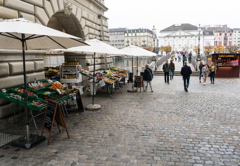 Alfalfa, LU/Suiza - 9 de noviembre de 2018: muchos peatones y transeúntes y gente ocupados que cruzan un puente y una plaza w fotos de archivo libres de regalías