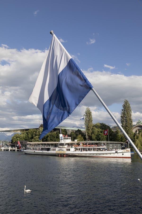 Alfalfa, Suiza 7 de junio de 2017: Lago Alfalfa con el barco de vapor y el embarcadero en Suiza; EDITORIAL imágenes de archivo libres de regalías