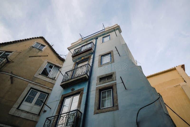 Alfama, berömd flerfärgad arkitektur från Lissabon, gammal stadskärna lisboa portugal fotografering för bildbyråer