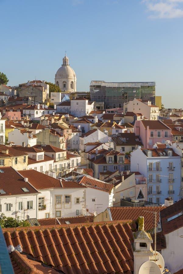 Alfama, con las iglesias de S Vicente de Fora, S ¡Cia de EngrÃ, y S Estêvão, y el río Tagus detrás fotos de archivo libres de regalías