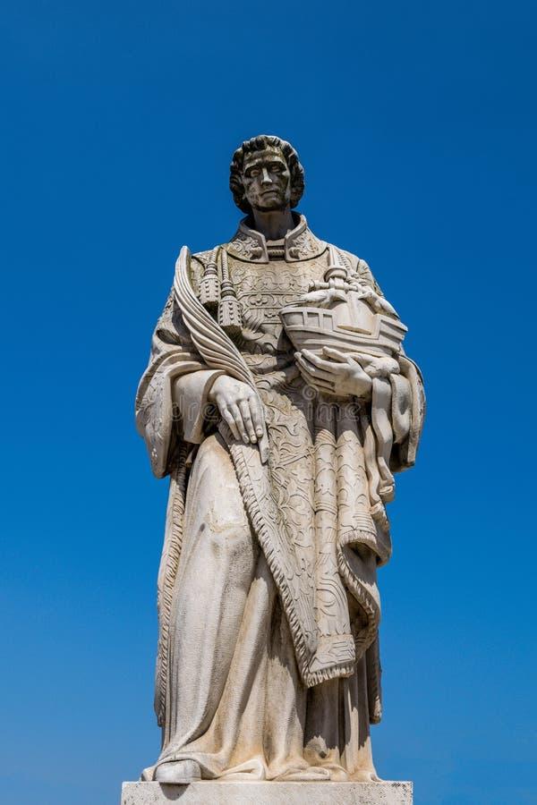 Alfama område av Lissabon - staty av helgonet Vincent arkivbild