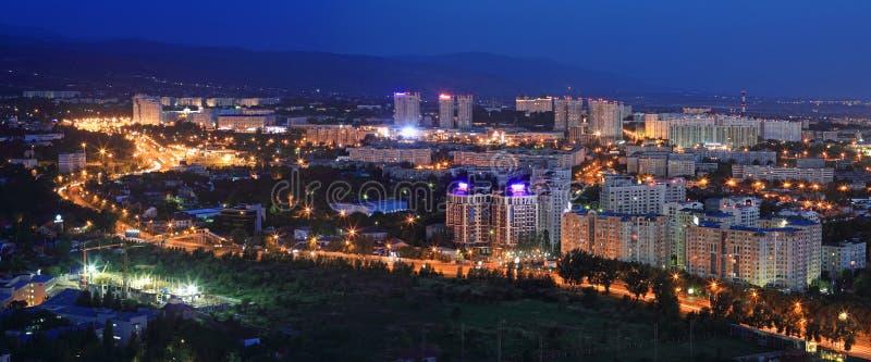 AlFarabi大道夜视图在阿尔玛蒂 库存图片
