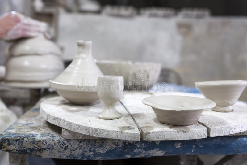 Alfarero en el trabajo en una cerámica foto de archivo