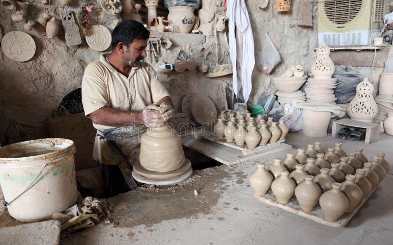 Alfarero en un taller de la cerámica imagen de archivo libre de regalías