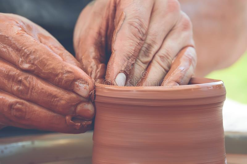 alfarero que hace el pote de cerámica en la rueda de la cerámica fotografía de archivo