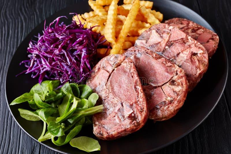 Alfazema da língua de carne com salada de repolho e batatas fritas foto de stock