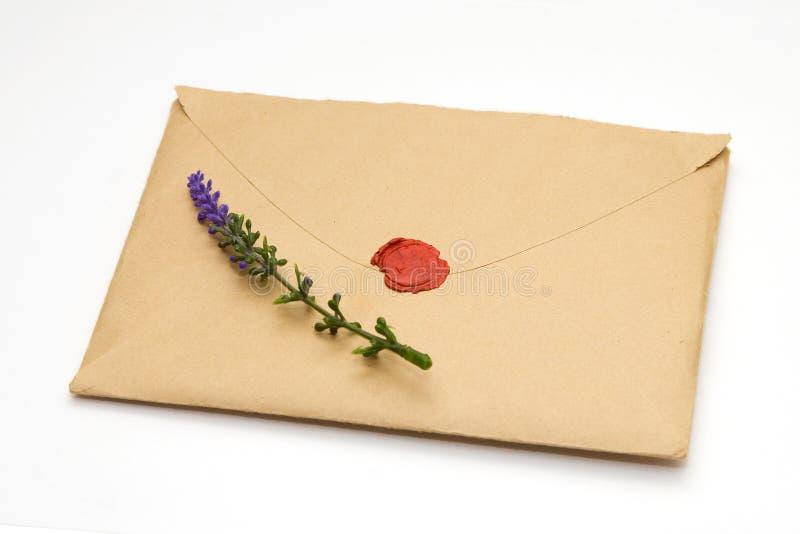 Alfazema no envelope selado marrom imagens de stock
