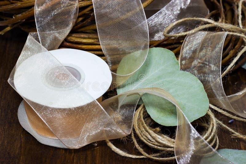 Alfazema seca, cereais e superfície de madeira da tesoura de podar manual Elaborando a posição Molde do fundo da vista superior fotografia de stock