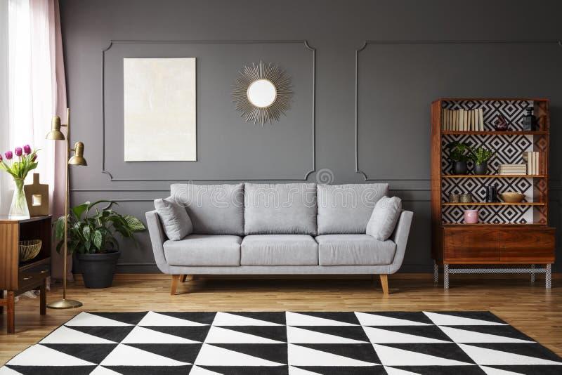 Alfombra blanco y negro con el modelo geométrico puesto en el floo imagenes de archivo