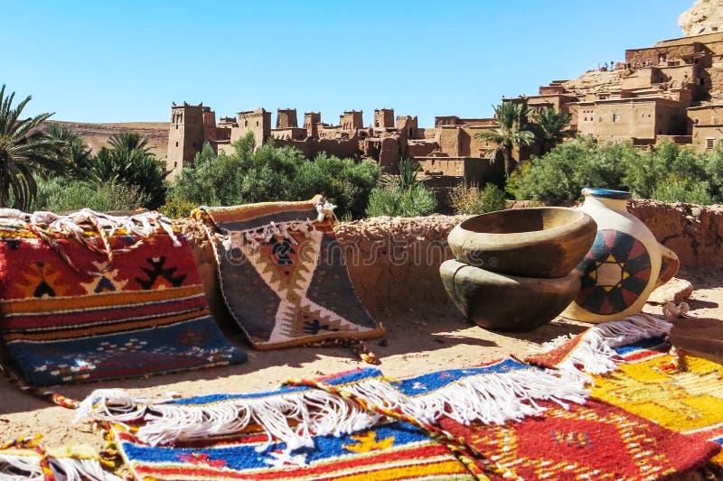 Alfombra y artes hechos a mano marroquíes en Ait Benhaddou fotos de archivo