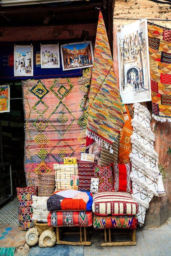 Alfombras coloridas en una calle de Marrakesh Medina, Marruecos imagenes de archivo