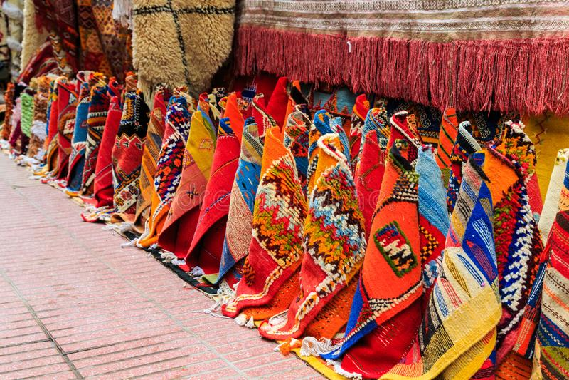 Alfombras coloridas en una calle de Marrakesh Medina, Marruecos foto de archivo