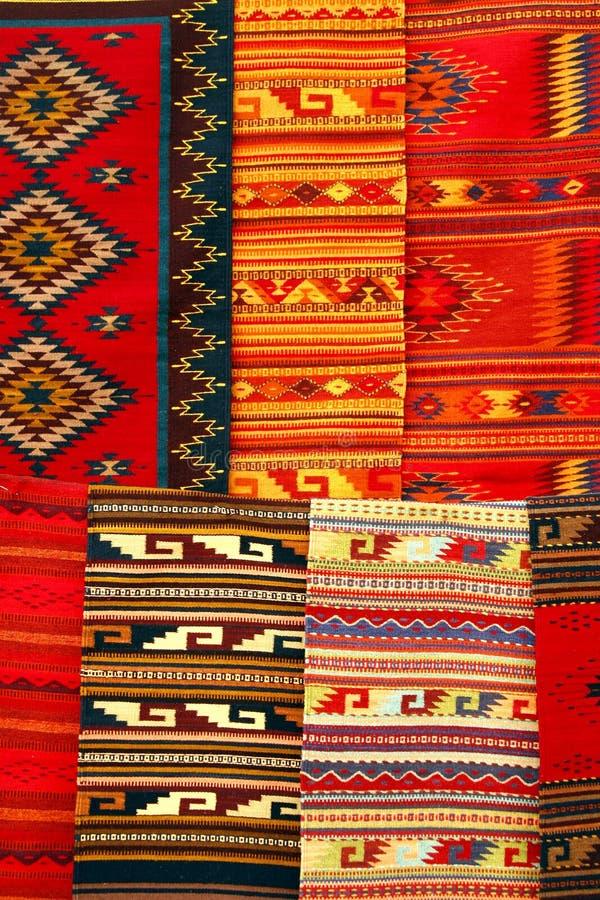 Alfombras coloridas que cuelgan en el mercado m xico Alfombras persas en mexico