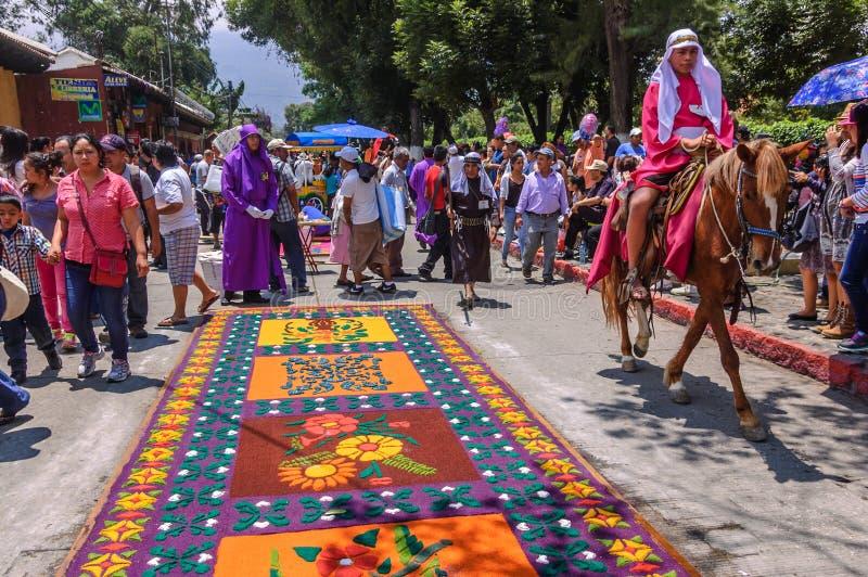Alfombras de la semana santa y jinete de lomo de caballo, Antigua, Guatemala fotos de archivo libres de regalías