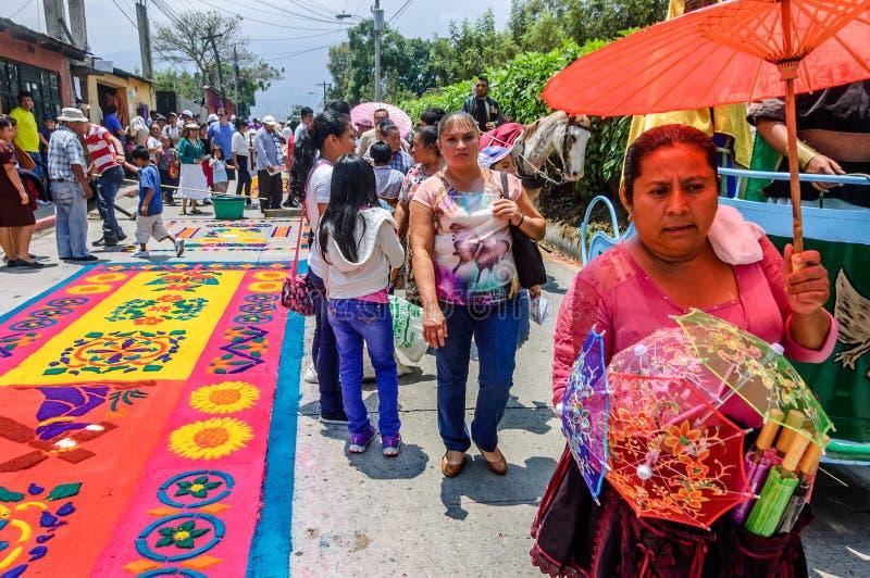 Alfombras de la semana santa y vendedor del parasol, Antigua, Guatemala imágenes de archivo libres de regalías