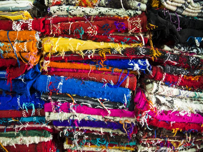 Alfombras en un bazar marroquí fotos de archivo