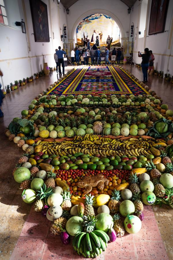 Alfombre dywanowy pionowo w El Calvario w Antigua, Gwatemala obrazy royalty free