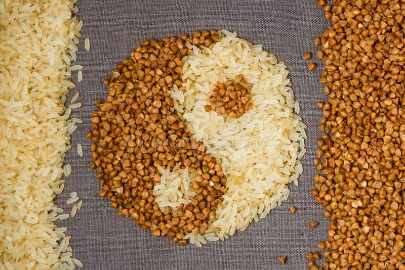 Alforfón y arroz en la forma de yin-Yang fotos de archivo libres de regalías
