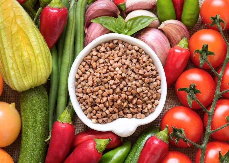Alforfón y verduras orgánicos crudos imágenes de archivo libres de regalías