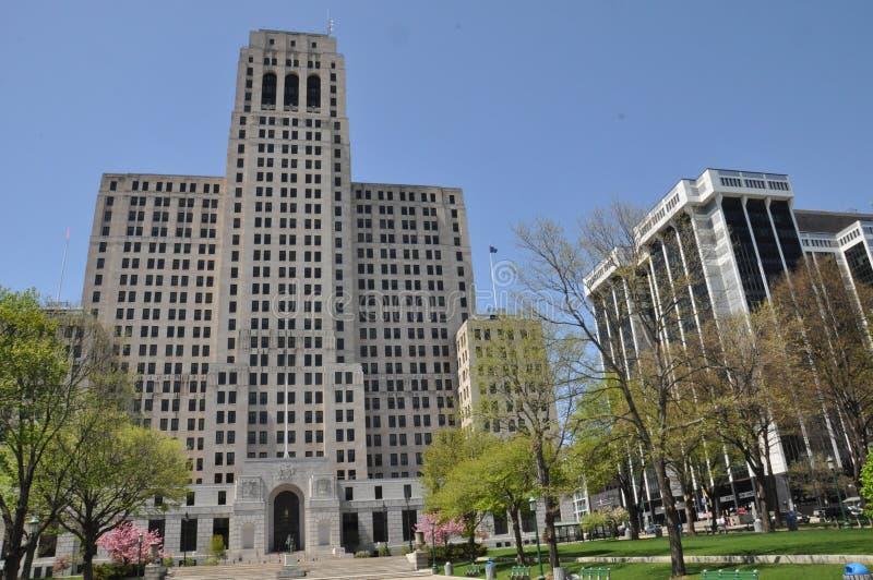 Alfred E Smith Building en Albany, Nueva York, y una plaza del comercio imagenes de archivo