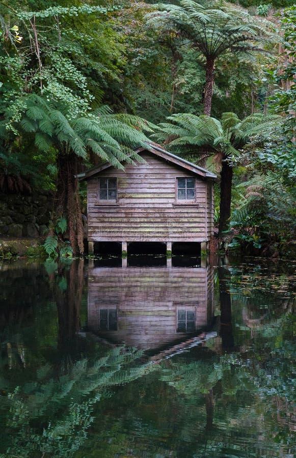 Alfred Nicholas Gardens Boathouse Sherbrooke, Victoria, Australien fotografering för bildbyråer