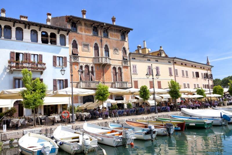 Alfresco kaféer och restauranger i italiensk historisk stad av Desenzano, sjö Garda royaltyfria bilder