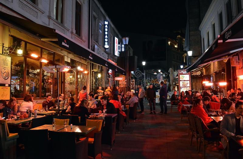Alfresko, das, Nachtzeit im alten Townn, Bukarest, Romani speist stockbilder
