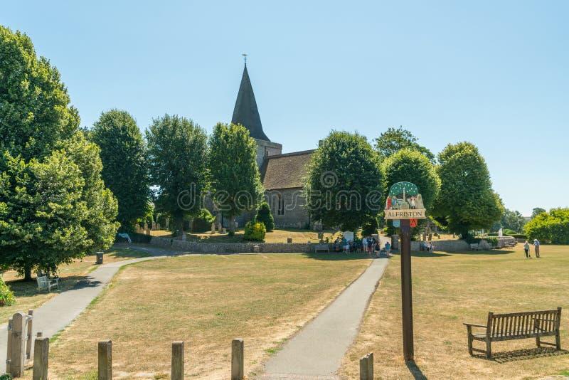 ALFRISTON, SUSSEX/UK - 23. JULI: Ansicht von St- Andrew` s Kirche in A stockfotos