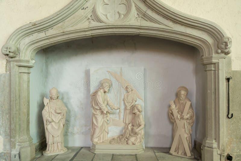 ALFRISTON, SUSSEX/UK - 23. JULI: Statuen innerhalb St- Andrew` s Chur lizenzfreie stockbilder