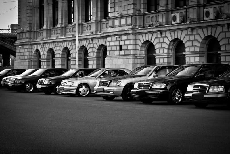 Algún Mercedes hermoso se coloca en fila en el estacionamiento imágenes de archivo libres de regalías