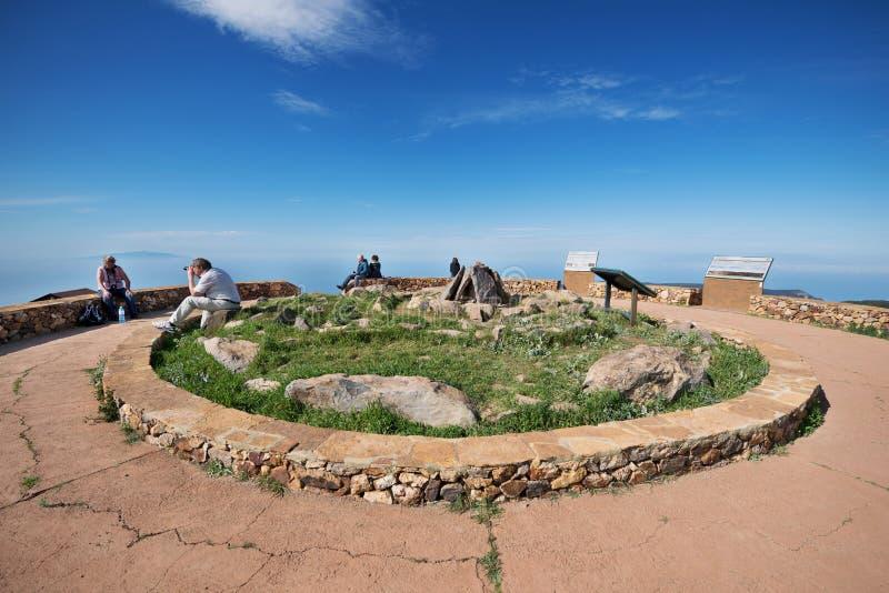 Algún turista está tomando imágenes de Alto de Garajonay en la isla de Gomera del La imagenes de archivo