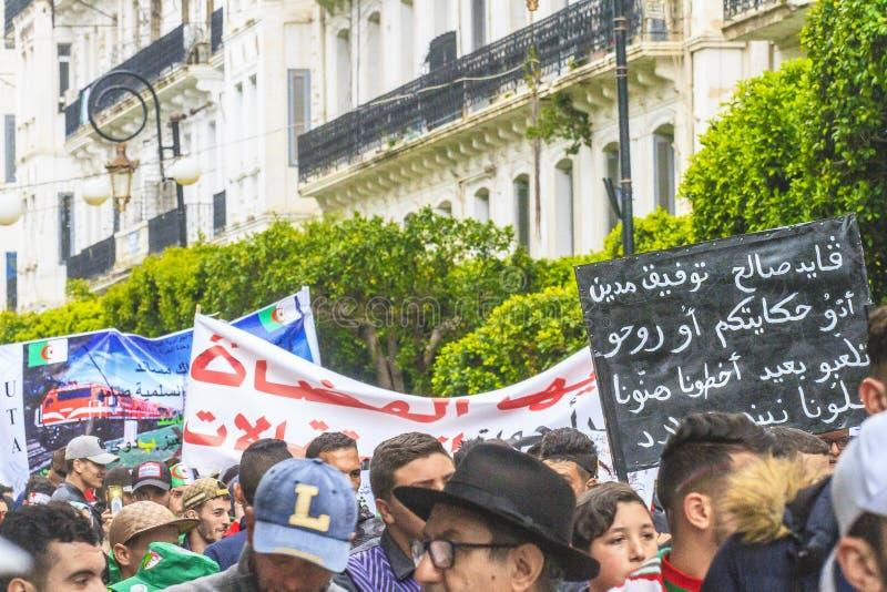 Alg?riens se manifestant contre le Pr?sident provisoire Bensalah ? Alger, Alg?rie photos libres de droits