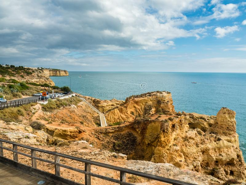 Algar Seco falezy spacer, Carvoeiro, Portugalia obraz royalty free