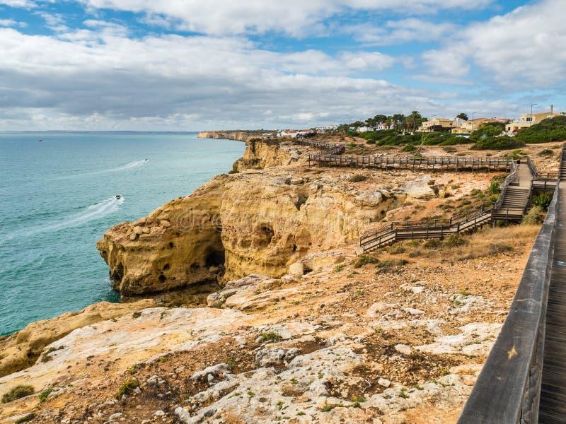 Algar Seco falezy spacer, Carvoeiro, Portugalia zdjęcie stock