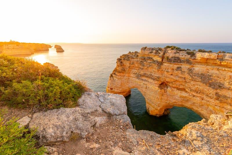 algarve Португалия Прая da Marinha на восходе солнца стоковые фотографии rf
