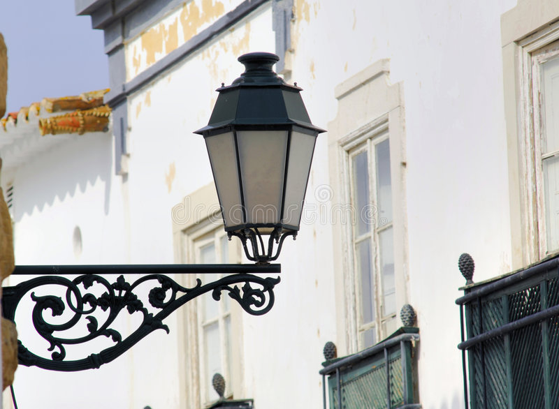 algarve områdesfaro lamppost typiska portugal royaltyfria foton