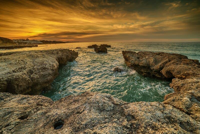 Algarve, Portugal: Felsen in der Küste von Albufeira lizenzfreies stockbild