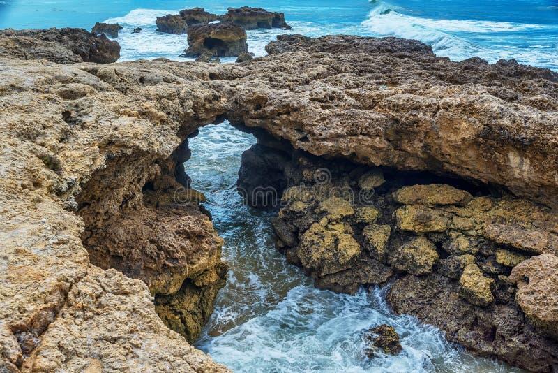 Algarve, Portugal: Felsen in der Küste von Albufeira stockfotografie