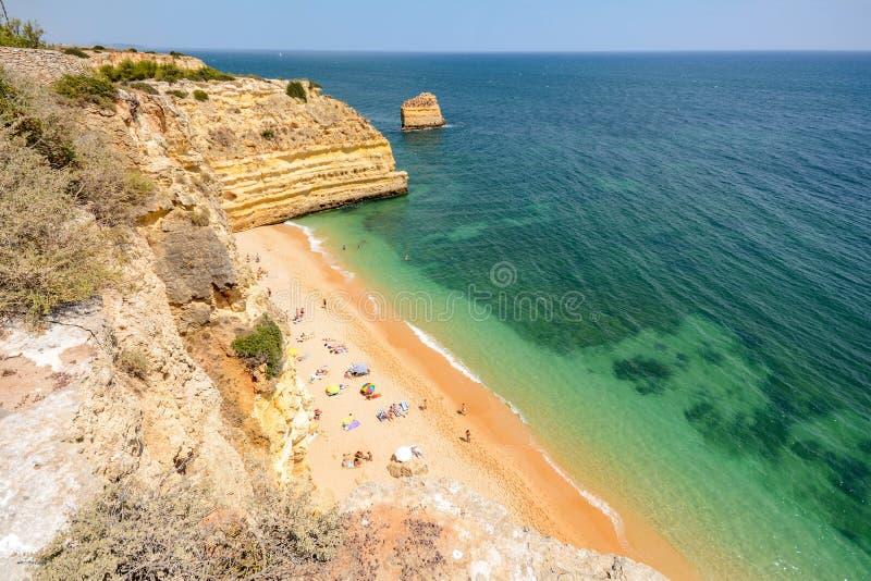 Algarve Portugal: Las rocas enormes en el acantilado varan el Praia DA Marinha, playa ocultada preciosa cerca de Lagoa imagen de archivo
