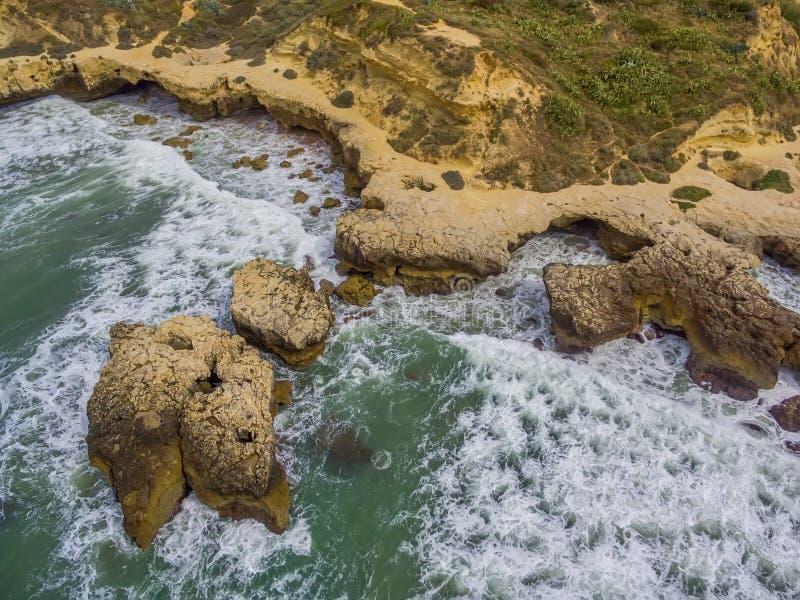 Algarve, Portugal: Luft-UAV-Foto der Küste stockbild