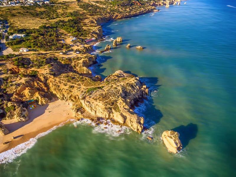 Algarve, Portugal: Luft-UAV-Foto der Küste stockbilder