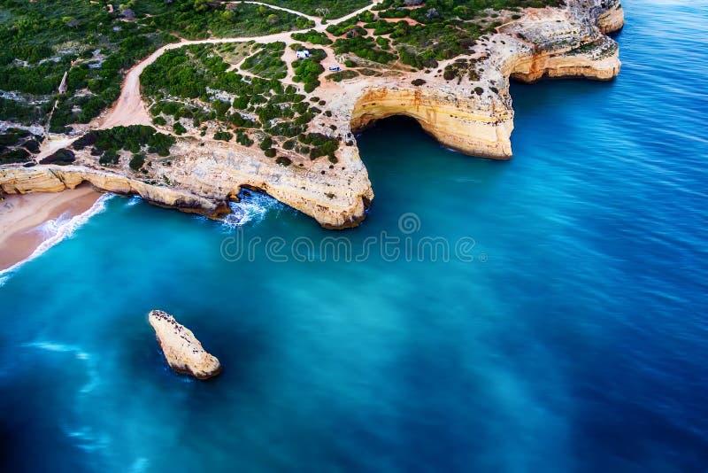 Algarve, Portugal: Luft-UAV-Foto der Küste lizenzfreies stockbild