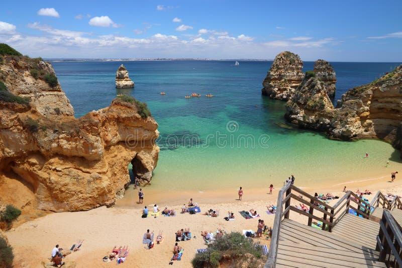 ALGARVE, PORTUGAL - 29 MAI 2018 : Visite Camilo Beach dans la région d'Algarve, Portugal de touristes La région côtière d'Algarve photographie stock libre de droits