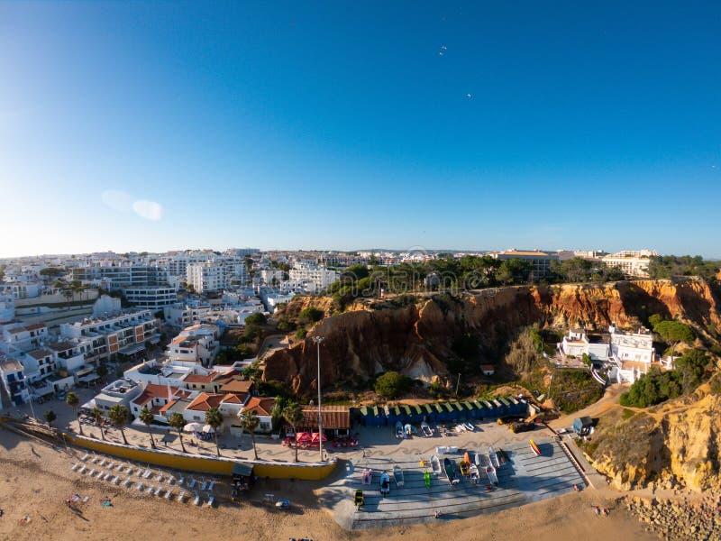Algarve, Portugal satellietbeeld op strand en kust van de Atlantische Oceaan Hotelsstreek op Klippen in Praia DE Falesia Albufeir stock foto's