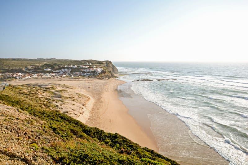 Algarve: Solnedgång på surfarestrandPraia Monte Clerigo nära Aljezur, Portugal arkivbilder
