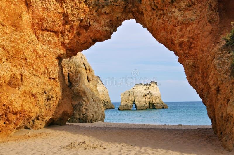 Algarve strand Dos Tres Irmaos arkivfoton