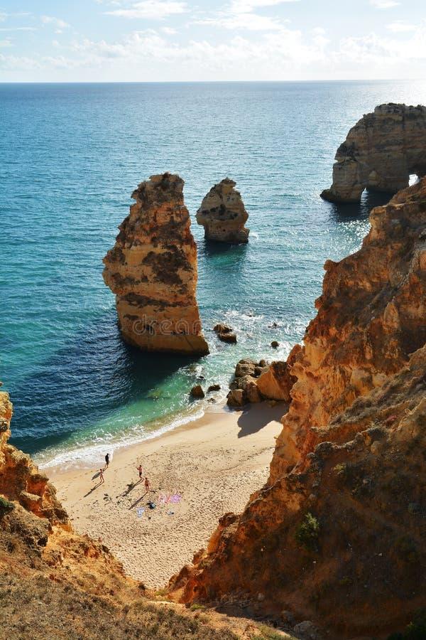 Algarve vaggar bildande och stranden arkivbild