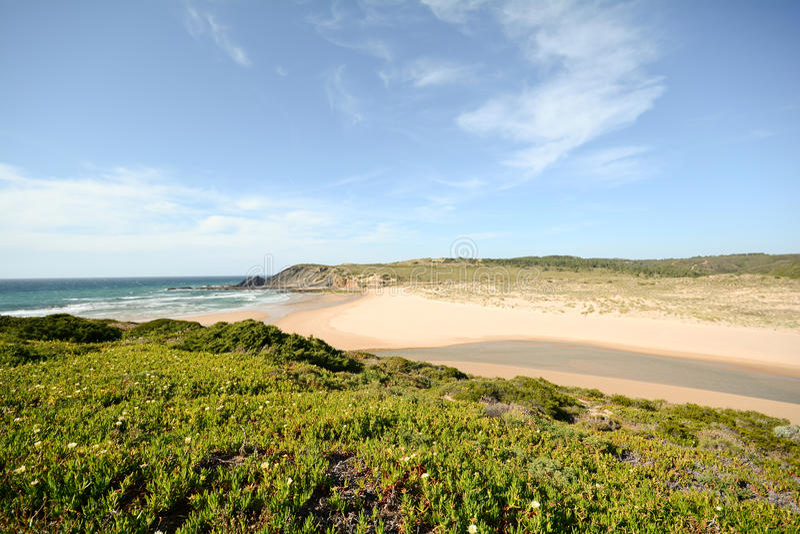 Algarve : Vue pour échouer le Praia DA Amoreira au printemps, Aljezur Portugal photographie stock libre de droits