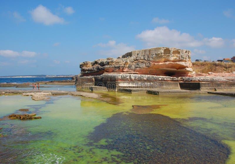 Algas marinas y rocas del monumento imagen de archivo